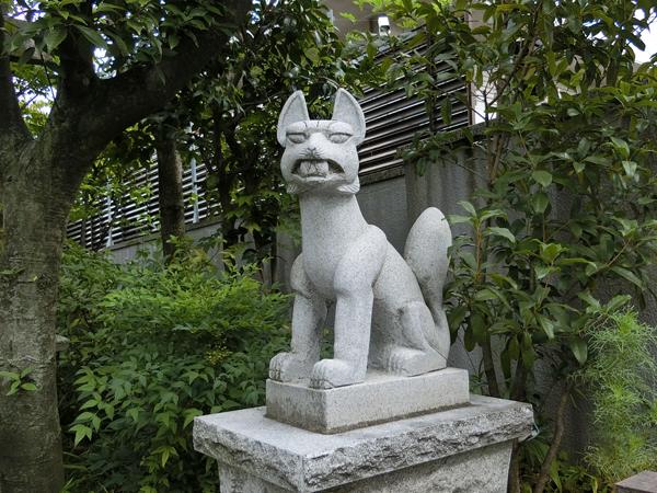 大山稲荷神社の右の狐