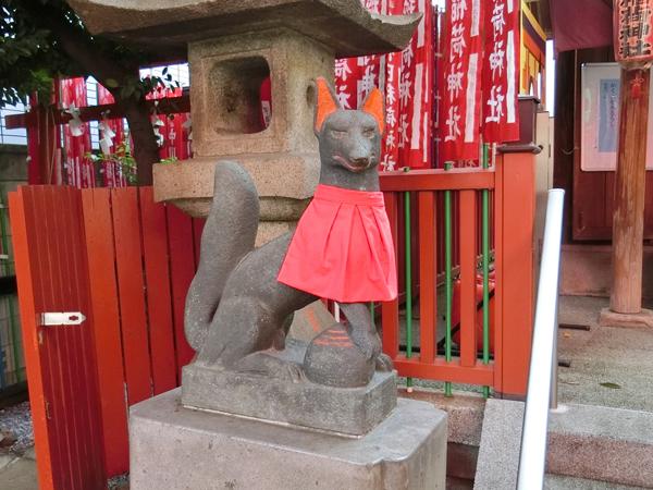 千代田稲荷神社の左の狐