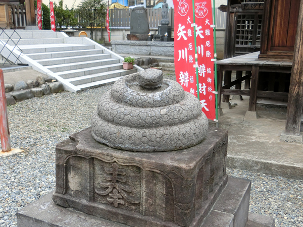 矢川弁財天の左の狛蛇