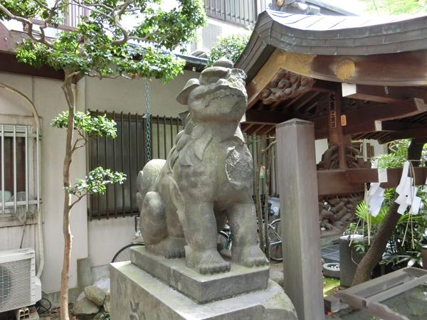 向島秋葉神社の左の狛犬