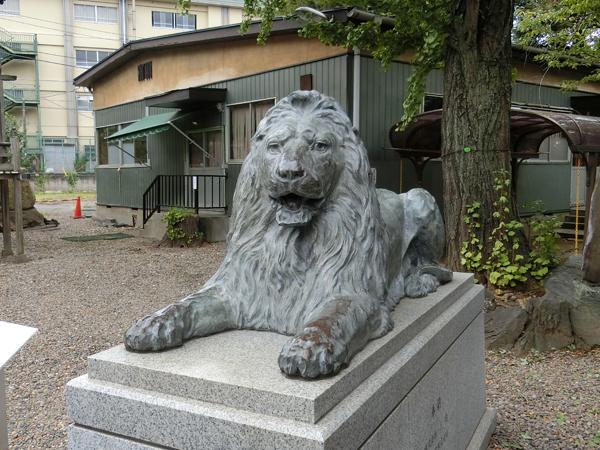三囲神社のライオン