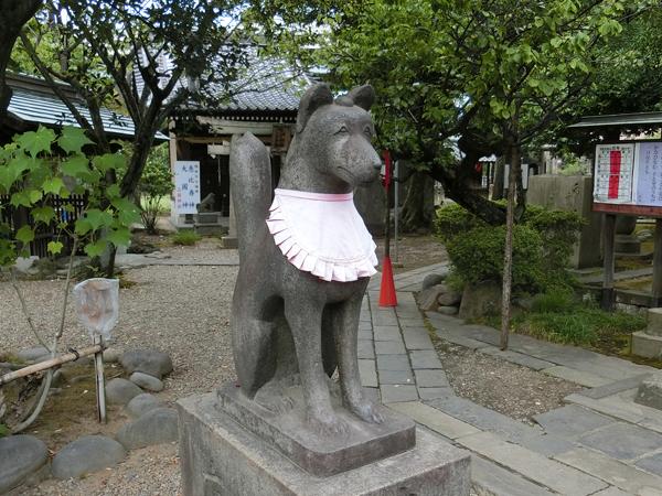 三囲神社の左のコンコンさん