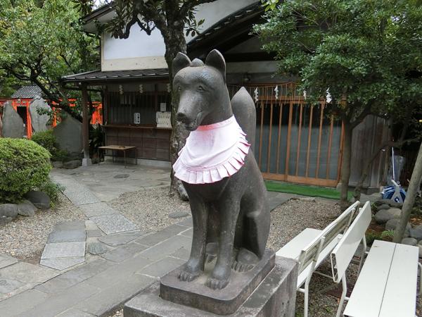 三囲神社の右のコンコンさん