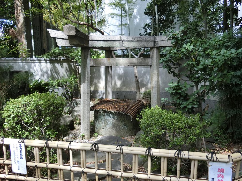 三囲神社の三柱鳥居