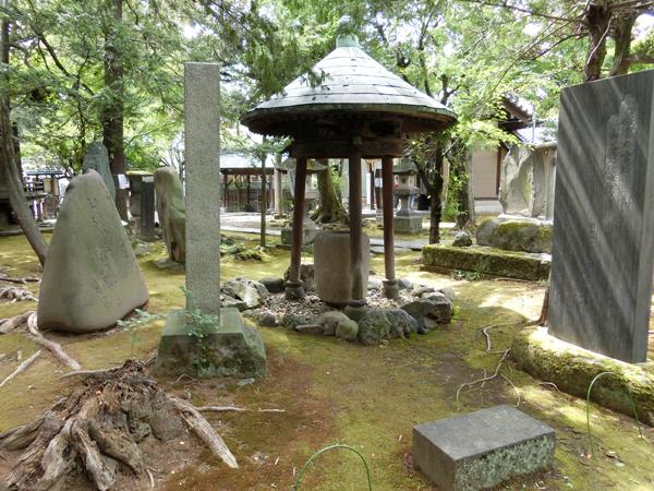 三囲神社の三柱手水舎