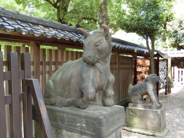 牛嶋神社の左の狛牛