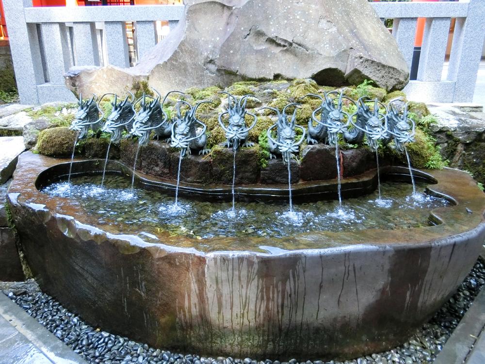 九頭龍神社新宮の手水鉢