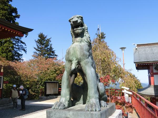武蔵御嶽神社の右の狛犬