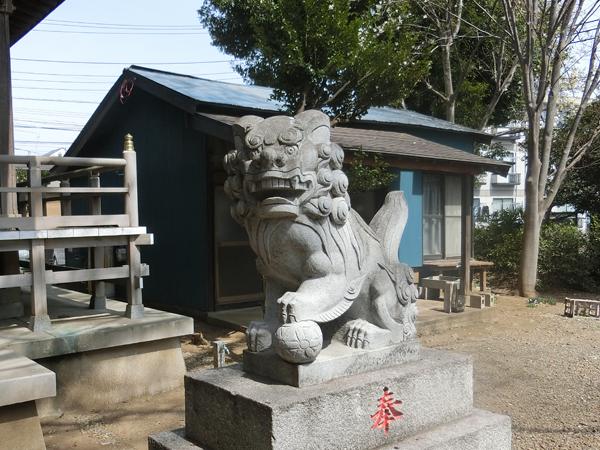 諏訪神社の右の狛犬