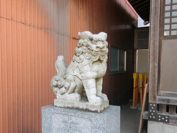 稲城八坂神社の左の狛犬