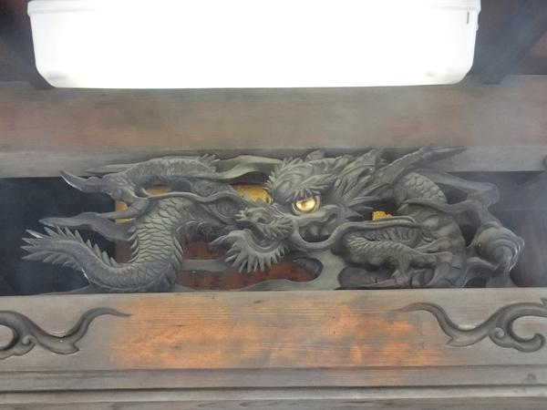 池袋四面塔稲荷大明神の龍の彫刻