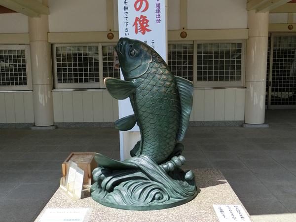 広島護国神社の昇鯉の像