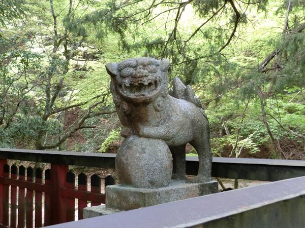 四宮神社の右の狛犬