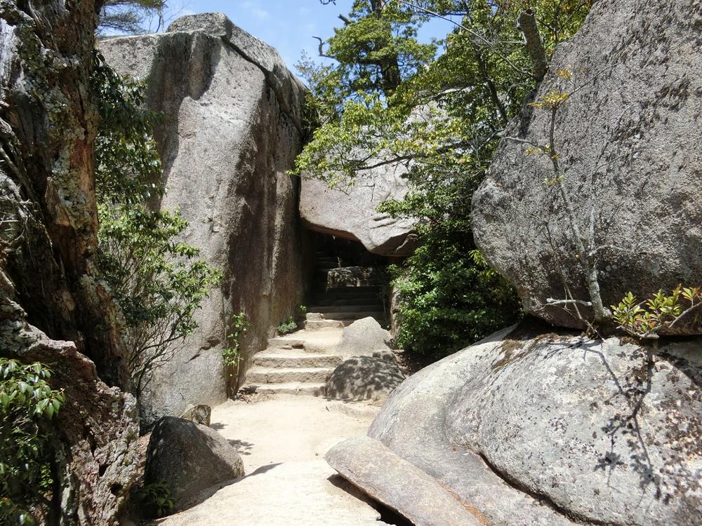 弥山のくぐり岩