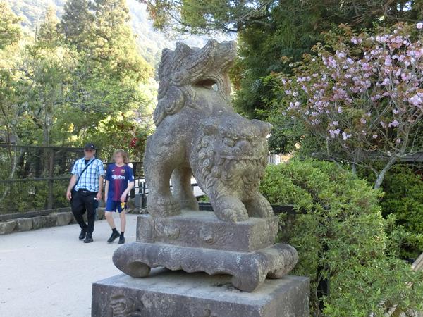 厳島神社裏の右の狛犬