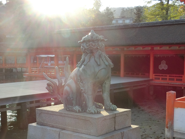 厳島神社の左の狛犬