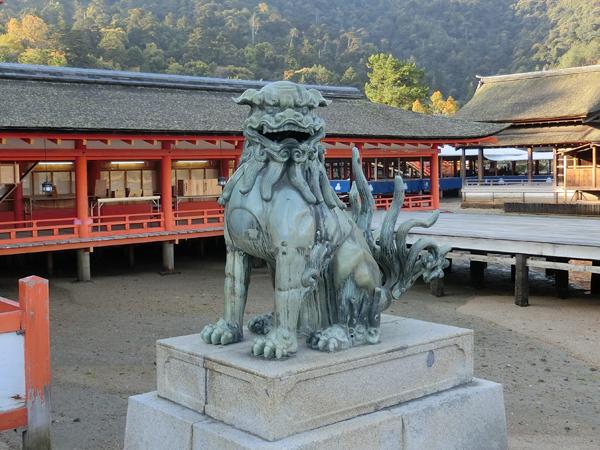 厳島神社の右の狛犬