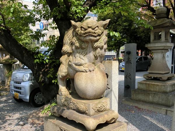 白神社の左の狛犬