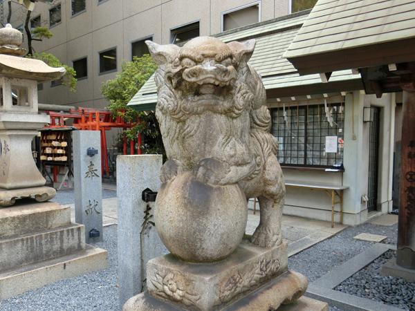 白神社の右の狛犬