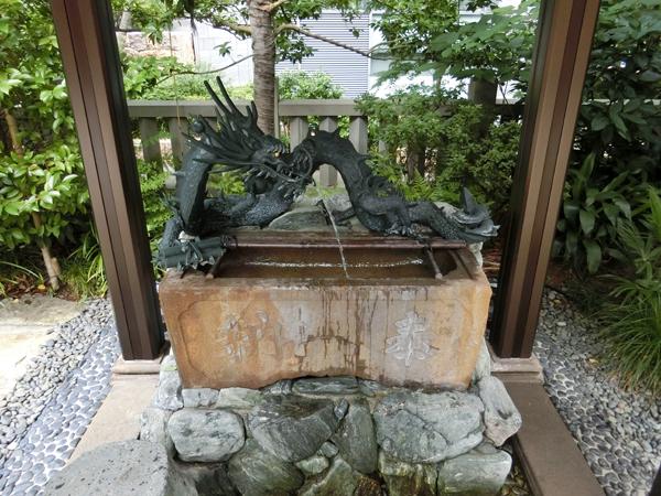 龍土神明宮の手水舎にいる龍