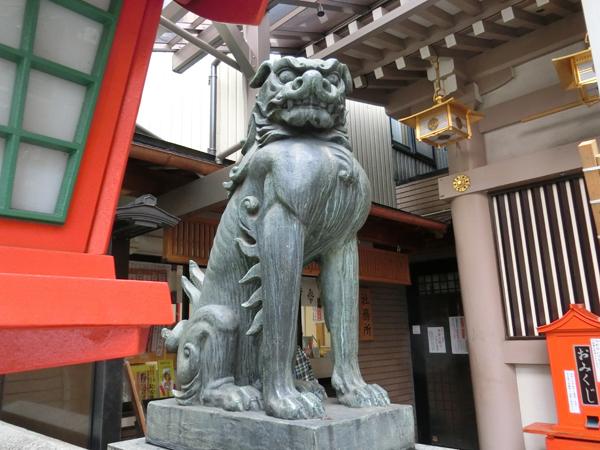 十番稲荷神社の左の狛犬