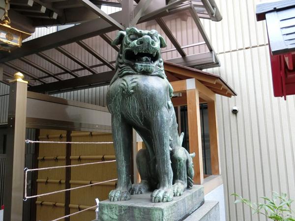 十番稲荷神社の右の狛犬