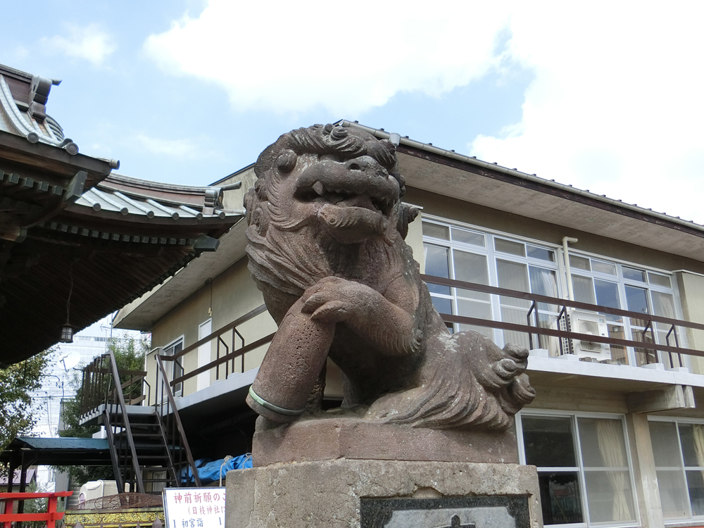 大戸神社の右の砲弾狛犬