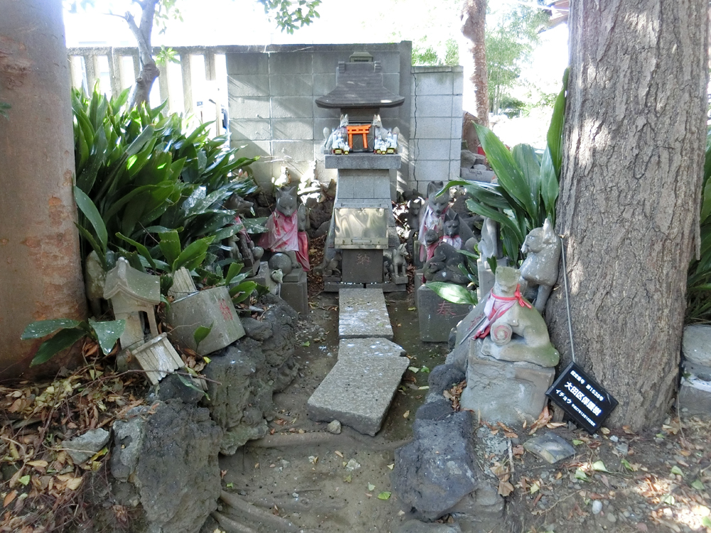穴守稲荷神社の狐塚