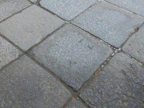 陽明門前の石畳