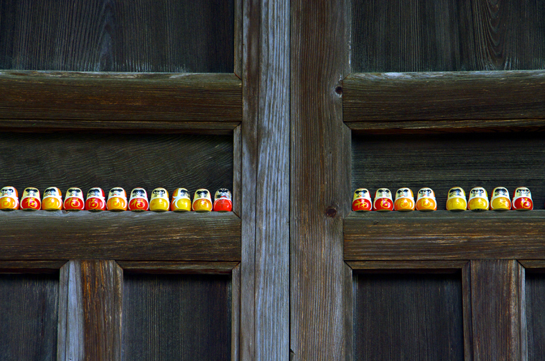 京都新聞写真コンテスト 達磨さん並んだ