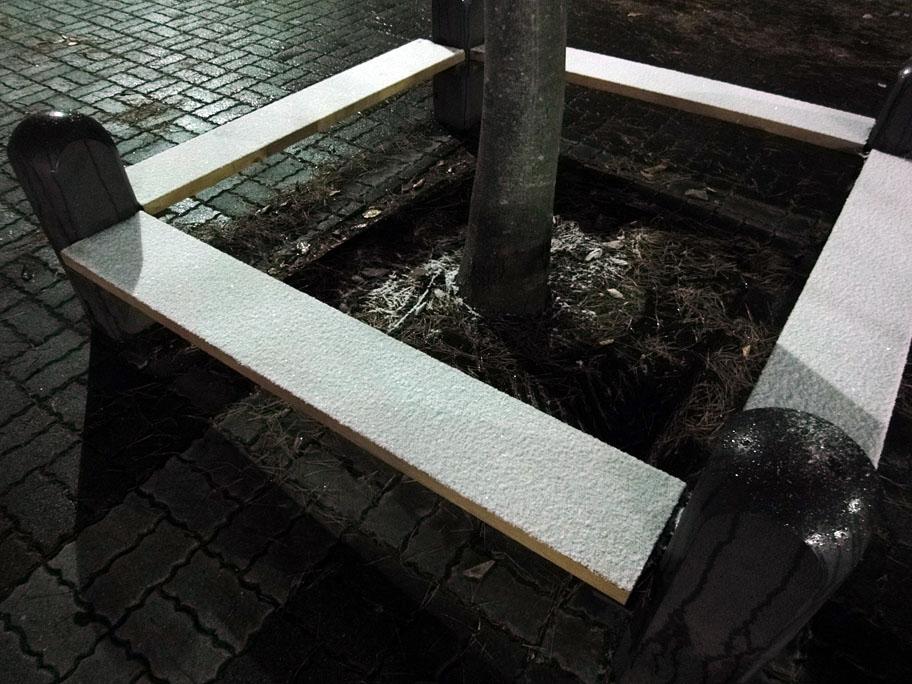 雪の積もったベンチ