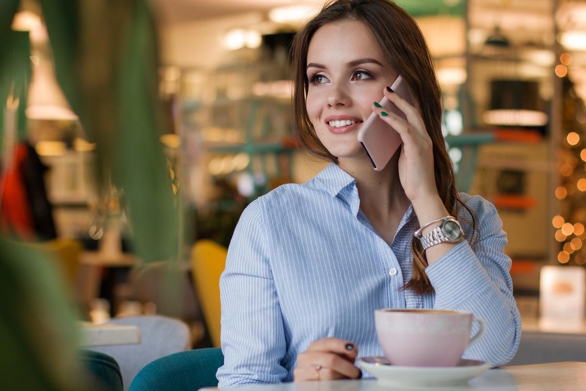 女性がレストランで笑顔で食事