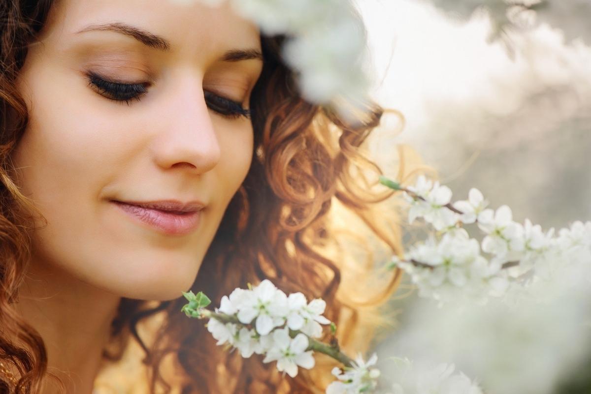 女性が笑顔の画像