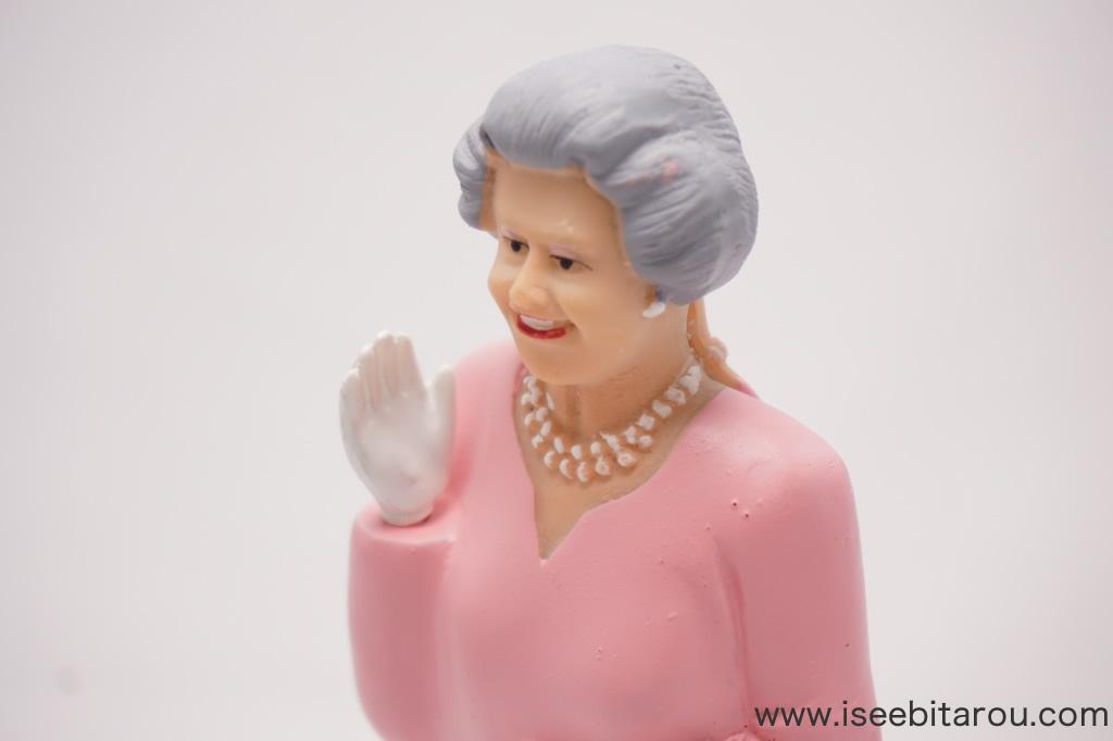 エリザベス女王が手を振る人形
