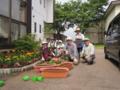 コミュニティーセンター前の花壇の植え付け