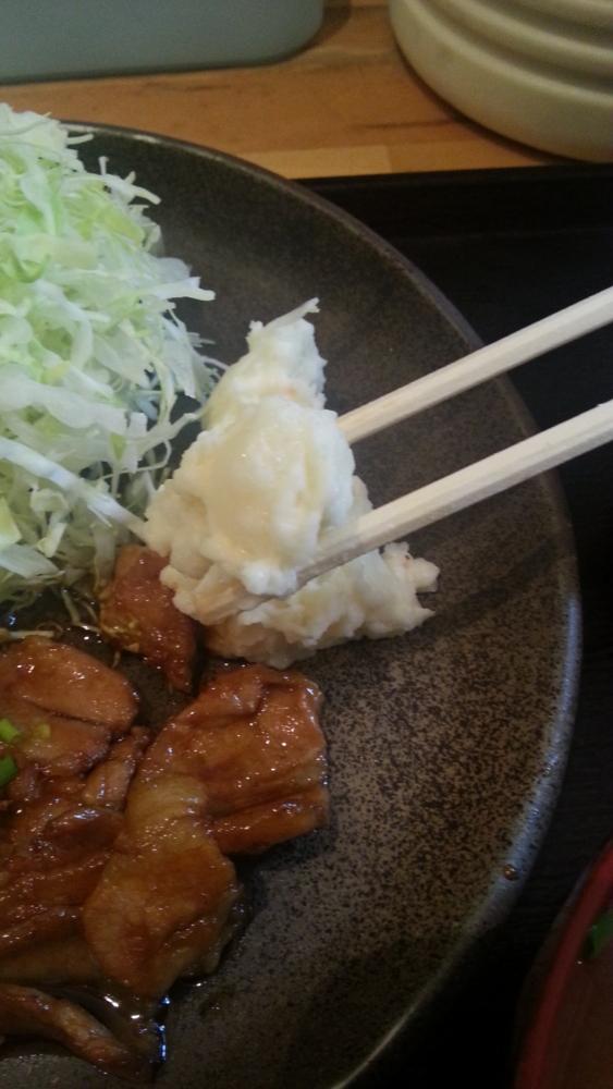 豚丼白樺の豚バラ定食に添えられてるポテトサラダの写真