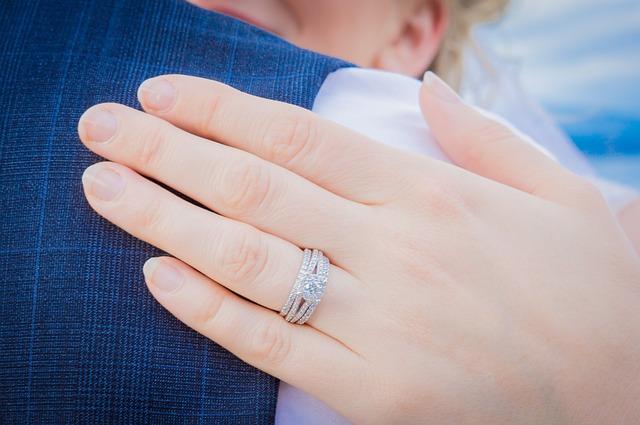 婚約指輪の相場と選び方 - サプライズ渡しのメリットとデメリット