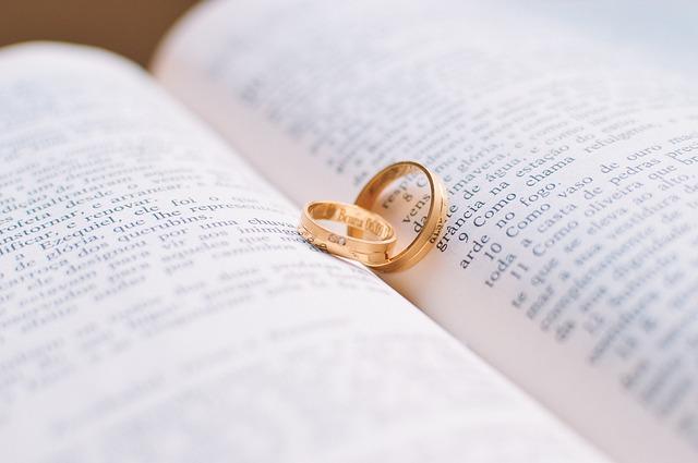 結婚記念日って入籍した日?結婚式を挙げた日?