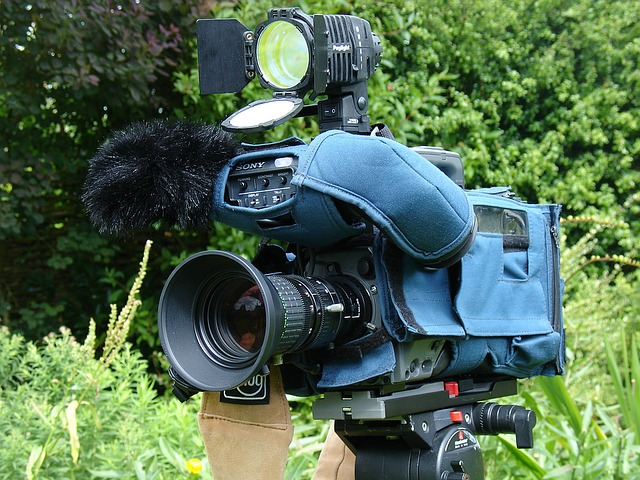 もしも突然「お宅に盗聴器がしかけられてます」とテレビカメラ付きの訪問者が来たらどうしますか?