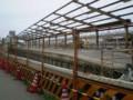 [鉄道][豊橋鉄道]撤去工事中の 旧駅ホームごしに 新駅に 停車する 電車を のぞむ