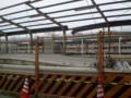 [鉄道][豊橋鉄道]撤去工事中の 旧駅ホームごしに 新駅に 停車する 電車を のぞむ 2