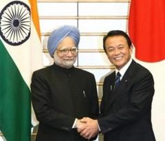 総理大臣官邸で 会談後、写真撮影に 応じる インドの マンモハン・シン総理と 麻生太郎総理(2008年 10月 22日 撮影)AFP/Tomohiro Ohsumi