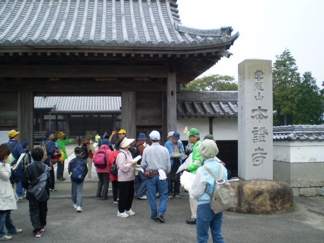 最初の 目的地、野寺の 本証寺に 到着