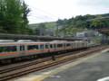 P5040096|JR金谷駅|浜松いき電車|むこうの おかの うえには 茶畑