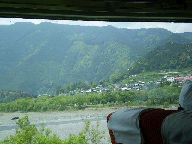 P5040115 大井川は 電車の ひだりてに かわる