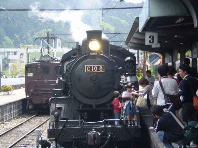 P5040130|千頭駅に 停車中の 蒸気機関車|ひだりは 電気機関車