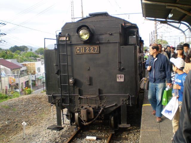 P5040163|SL急行 金谷駅に 到着|ここまで うしろむきで きた
