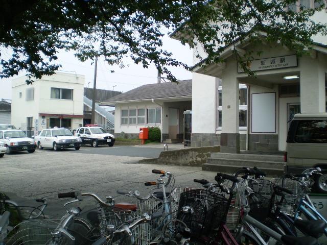 102.新城駅 駅舎と えきまえ交番