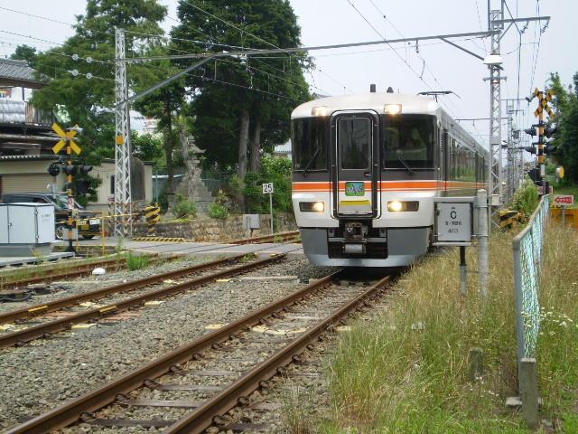 111.特急 ワイドビュー 伊那路 2号が 新城駅に 入線する