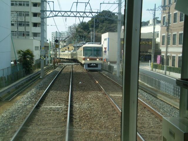新京成20 松戸てまえで 対向電車と すれちがう